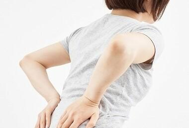朝起きると腰に強い痛みが・・・急な腰痛の意外な原因とは?